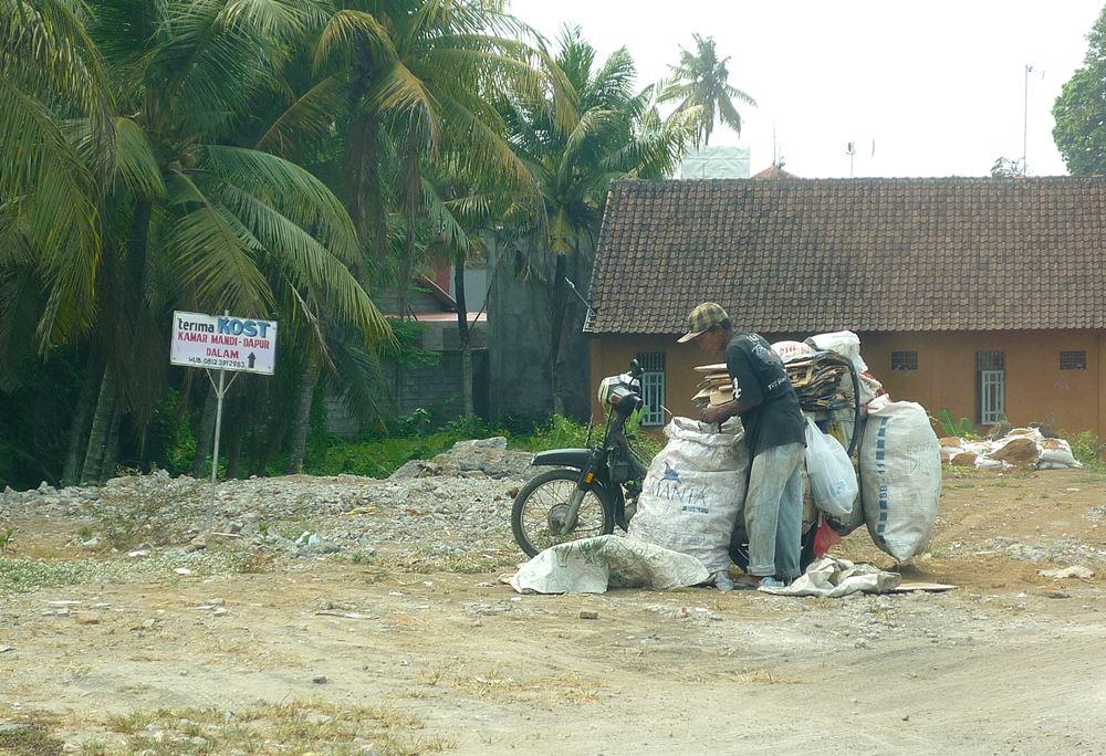 Thailänder transportiert Bauschutt