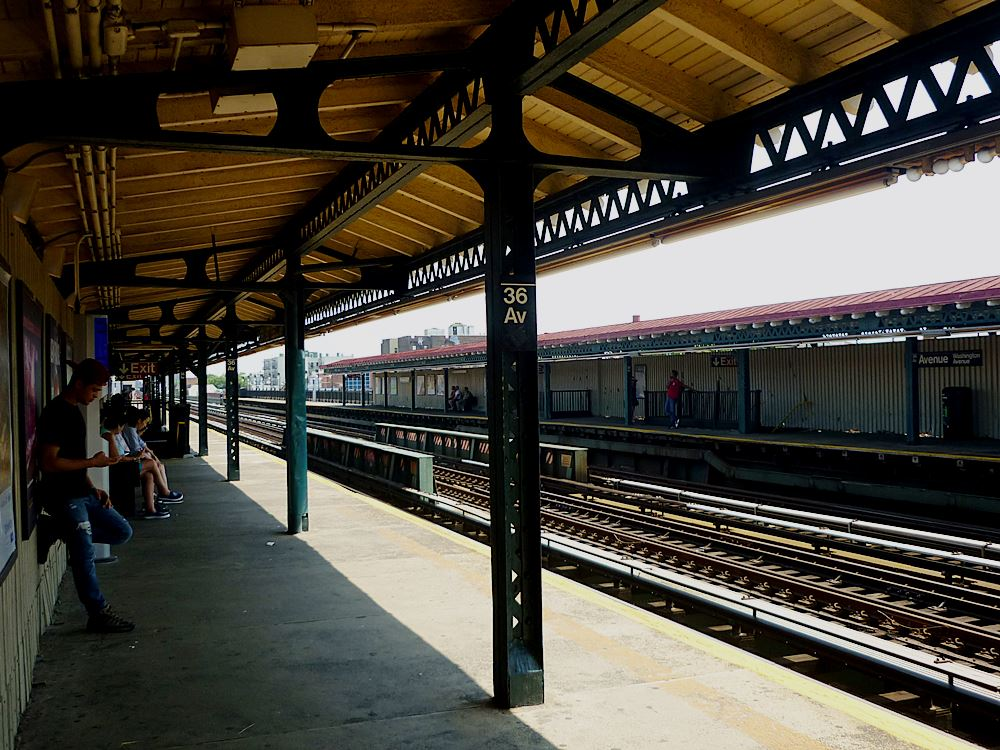 bahnsteig-an-der-36th-avenue-in-queens