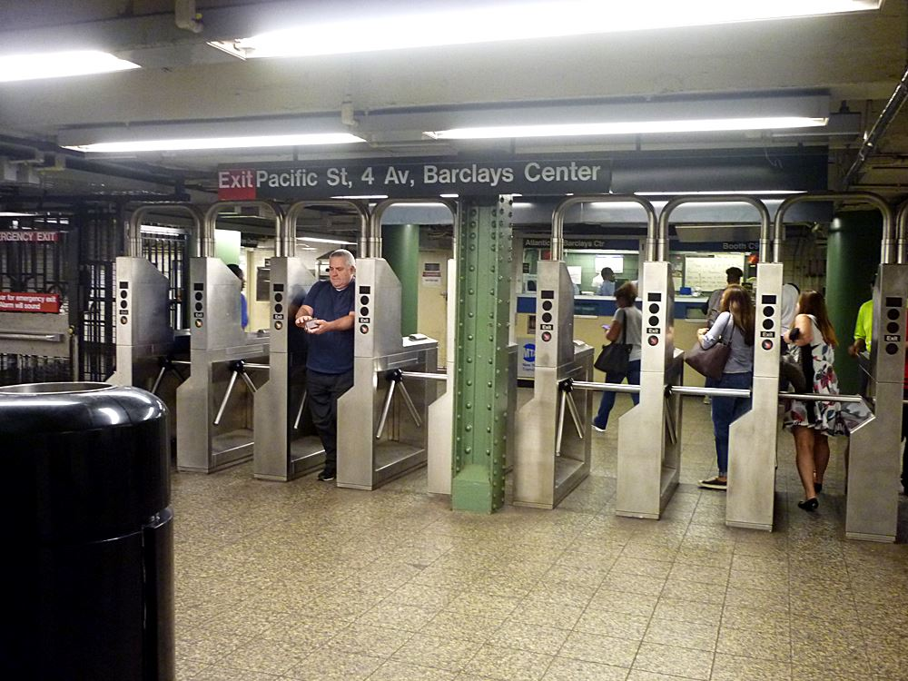 drehkreuz-an-der-u-bahn-station-in-manhattan