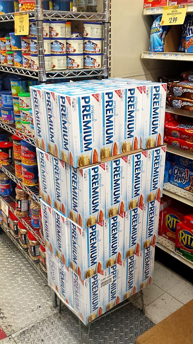 kraeckerpalette-im-amerikanischem-supermarkt