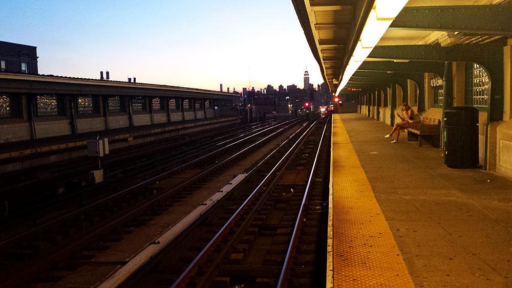 sonnenuntergang-vom-bahnsteig-der-subway-in-nyc-beobachten