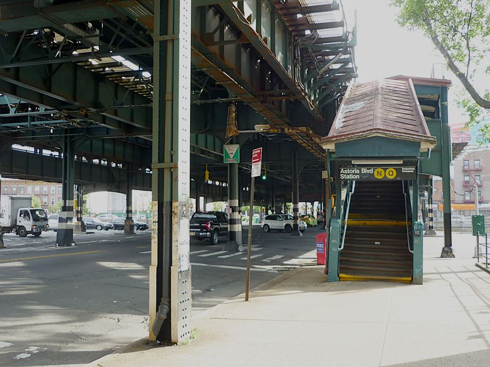 zugang-astoria-boulevard-station-in-queens-ny