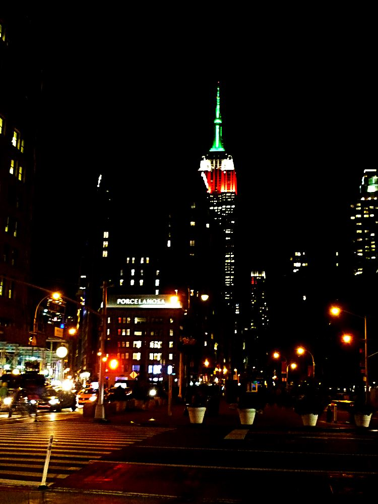 empire-state-building-in-gruen-weiss-rot-angestrahlt