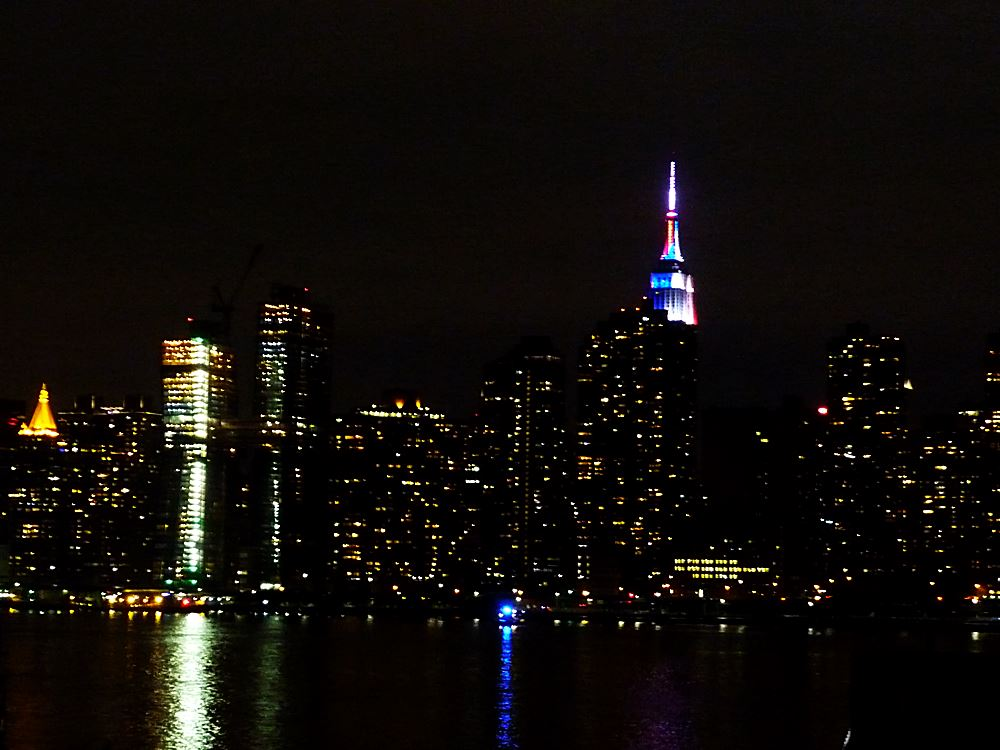 empire-state-building-in-nationalfarben-der-usa