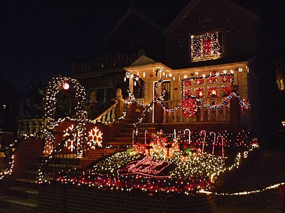 weihnachtlich-geschmueckte-vorgaerten-in-brooklyn
