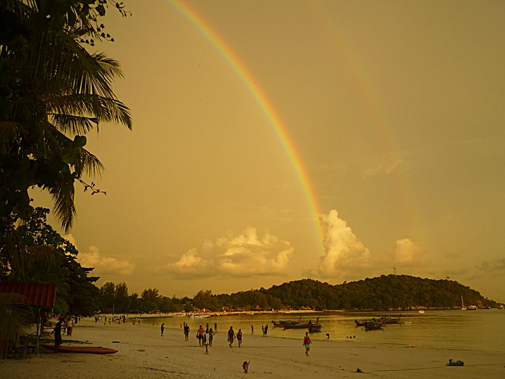 Regenbogen über Kho Lipe in Thailand