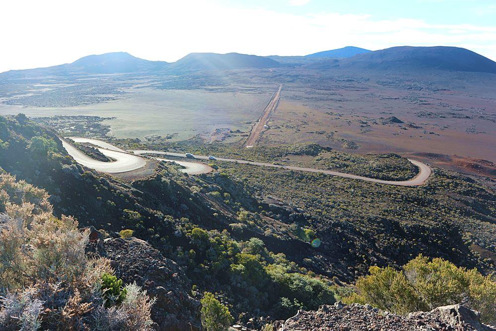 Weg zum Vulkan durch eine Marslandschaft