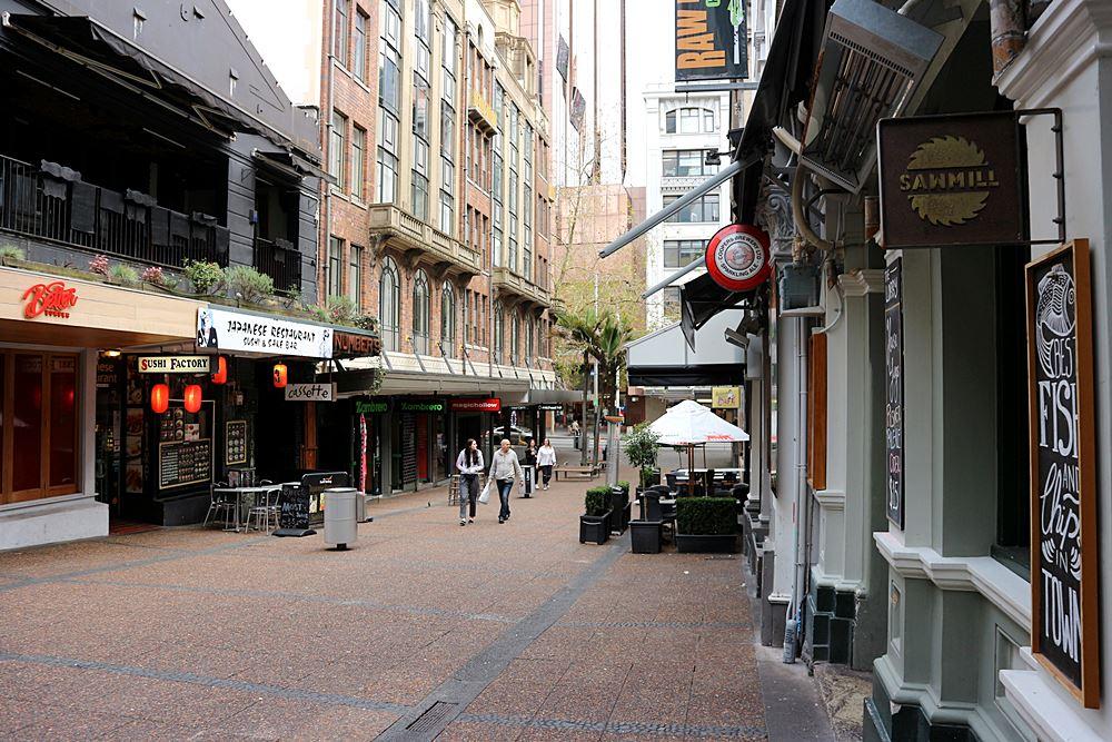 Eine ruhige Fußgängerpassage in Auckland