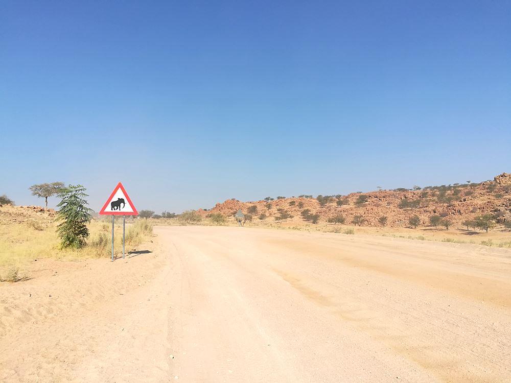 Schild Elefanten Ueberquerung in Namibia