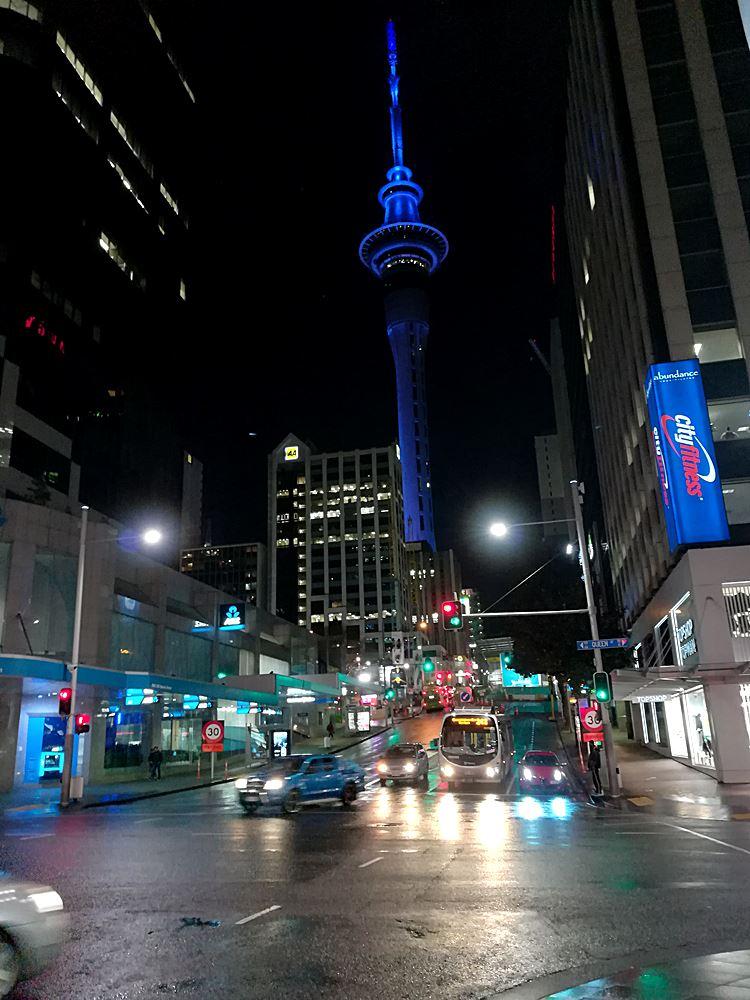 Der beleuchtete Skytower Aucklands
