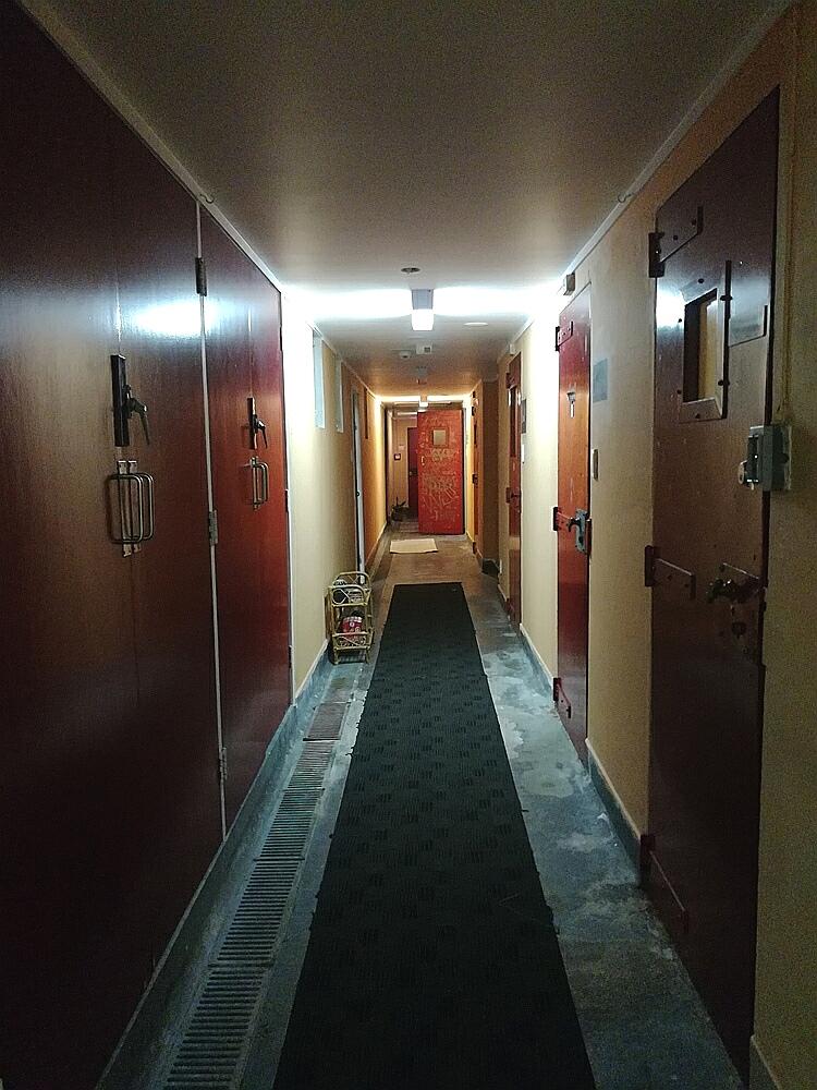 Hinter Gittern im Hostel