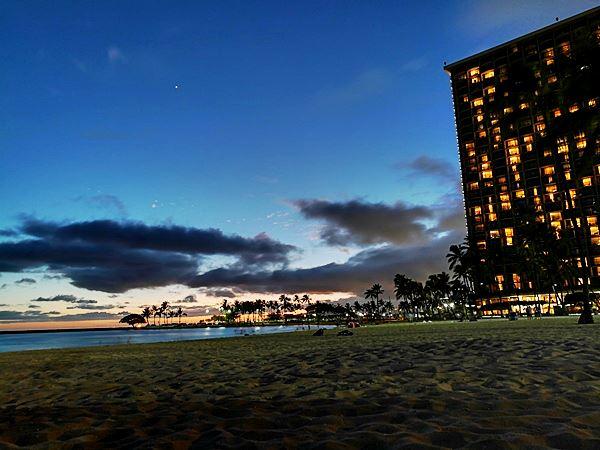 Strand bei Nacht in Oahu